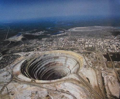 """самый большой в мире карьер в якутии.  Кимберлитовая трубка  """"Мир """" Карьер имеет глубину 525 м и диаметр 1,2 км..."""