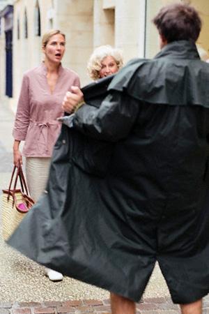 Мужчина две девчонки наказали извращенца
