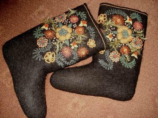 Валенки- это традиционная русская обувь, которую в морозную погоду носят для ходьбы по...