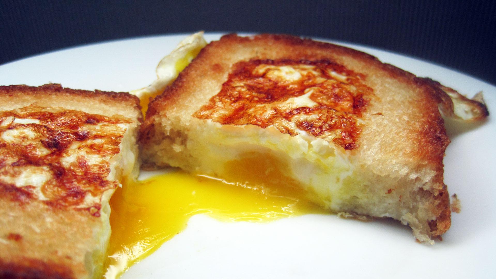 Как жарить яйца на сковороде рецепт пошагово в домашних условиях