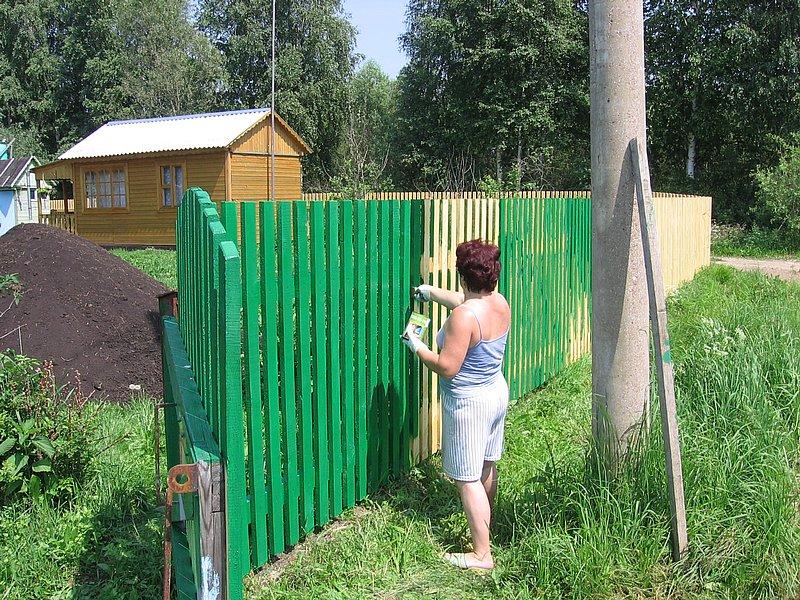 Как красить забор своими руками 17