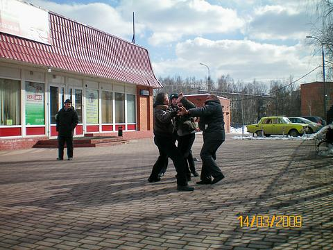А схватка всё-же состоялась, сразу после митинга. АС и Лыч, Митинг в Одинцово 14 марта 2009 г, nkolbasov, Одинцово, Ново-Спортивная  д.6