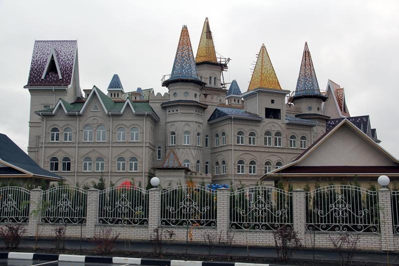 Это неочередной замок чиновника наРублёвке, это детский сад всовхозе имени Ленина, Второй сказочный детский сад врусском стиле, 2017 год постройки