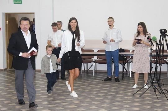 Андрей Воробьёв иЕкатерина Багдасарова (гражданская жена губернатора) проголосовали наизбирательном участке впосёлке Барвиха, Воробьёв проголосовал вБарвихе