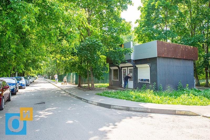 Ларёк на придомовой территории многоквартирного дома Можайское ш. 22, Можайское ш. 22, дворы, детская площадка
