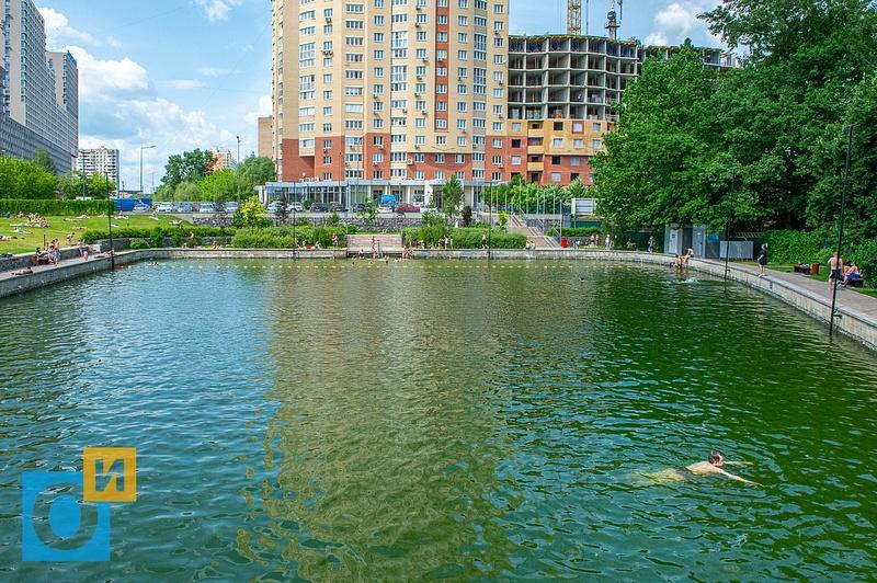 Пляжный сезон открыт, пруд в микрорайоне 6А города Одинцово