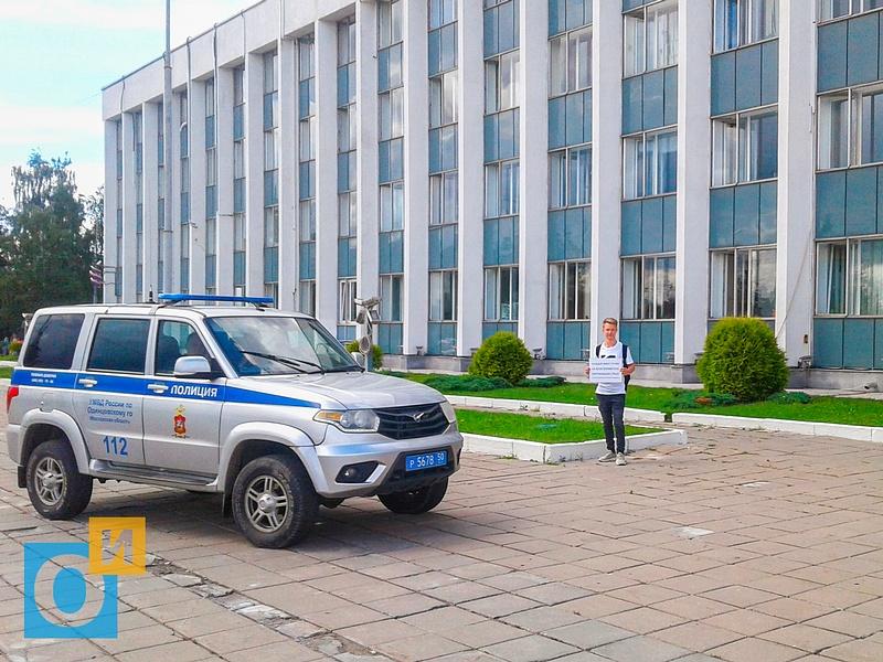 Полицейская машина и участник пикета у администрации, В Одинцово задержали активистов, которые агитировали за благоприятную окружающую среду