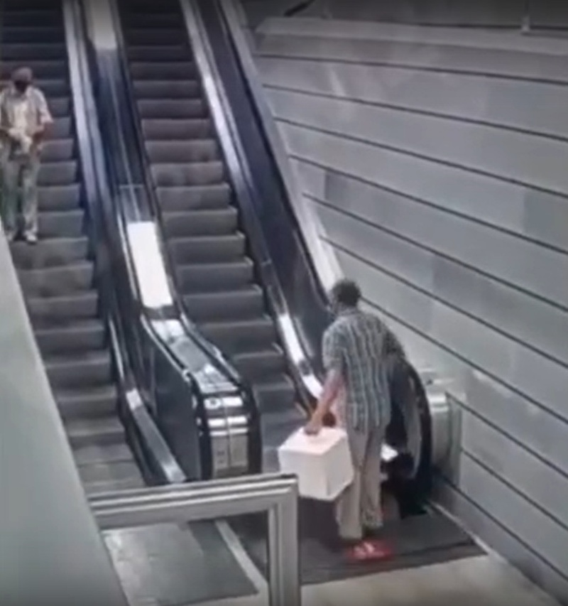 Пассажира чуть не затянуло под эскалатор на новой станции МЦД-1 «Славянский бульвар», Июль