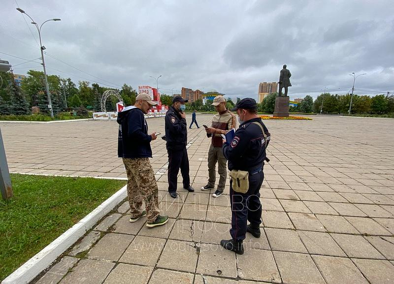 К общественникам прибыли полицейские, Очередной пикет прошёл у здания администрации в Одинцово